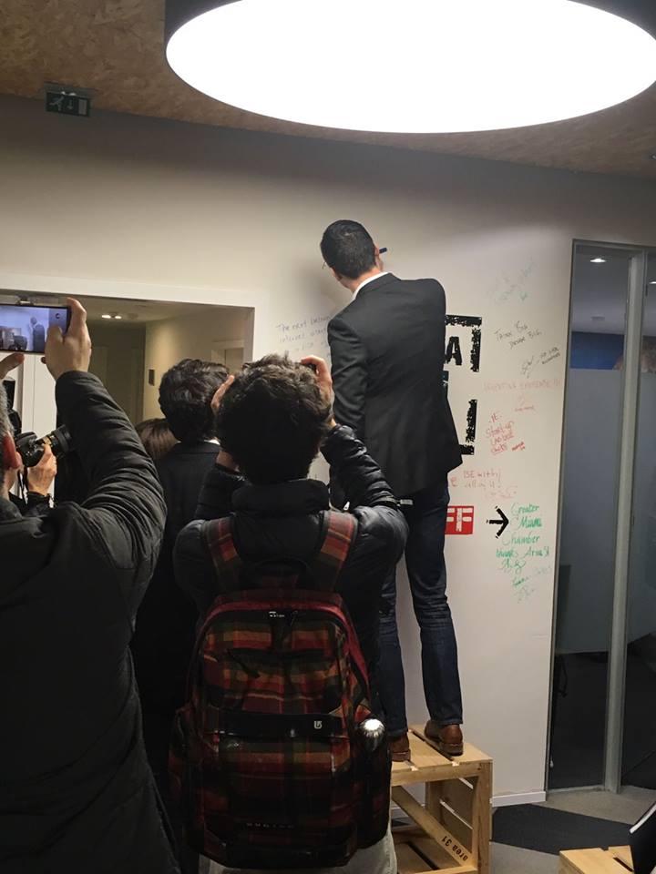 Nathan Blecharczyk dejando un mensaje en la pared del IE bussines school